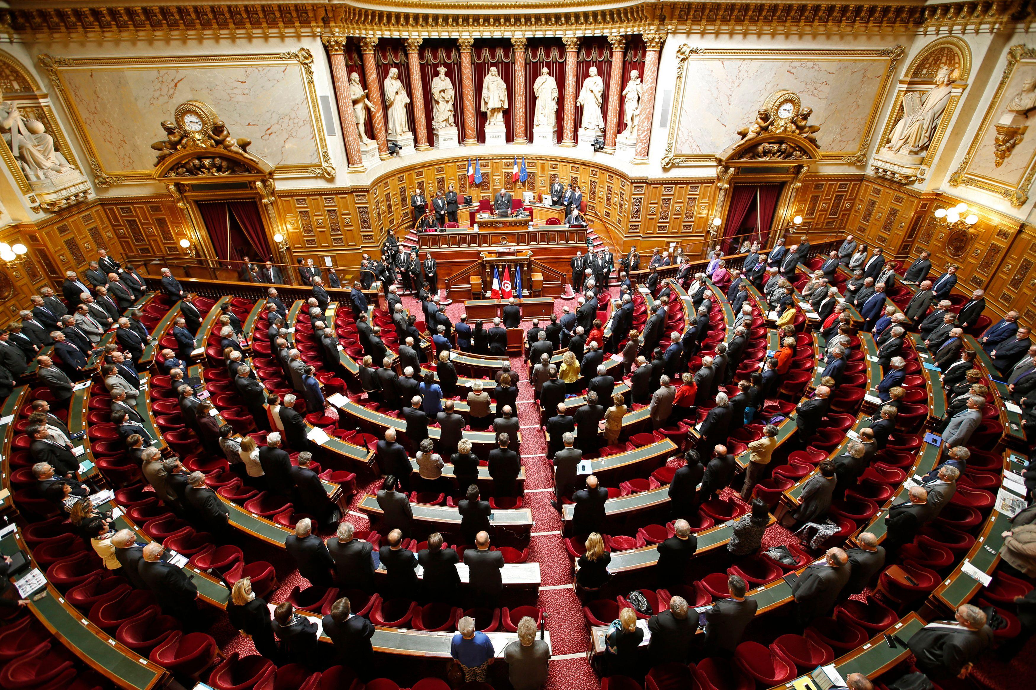 Les élus se recueillent pour Jean Germain.