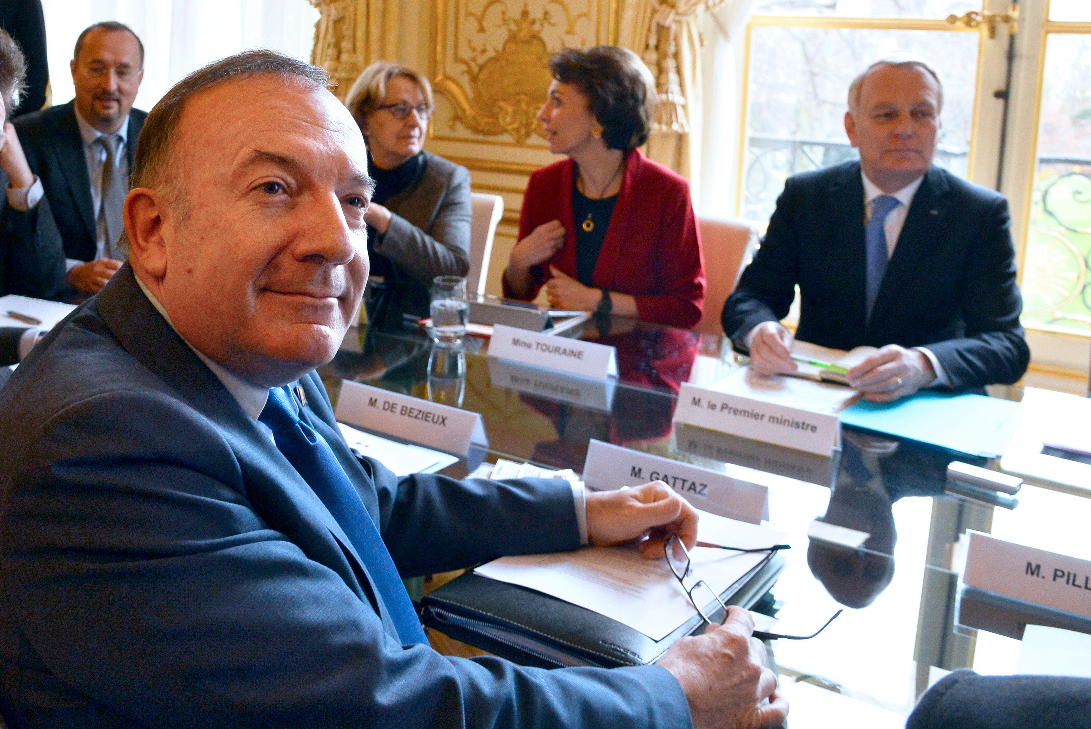 Le président du Medef, Pierre Gattaz et Jean-Marc Ayrault lors d'une table ronde aux assises de la fiscalité à Matignon.