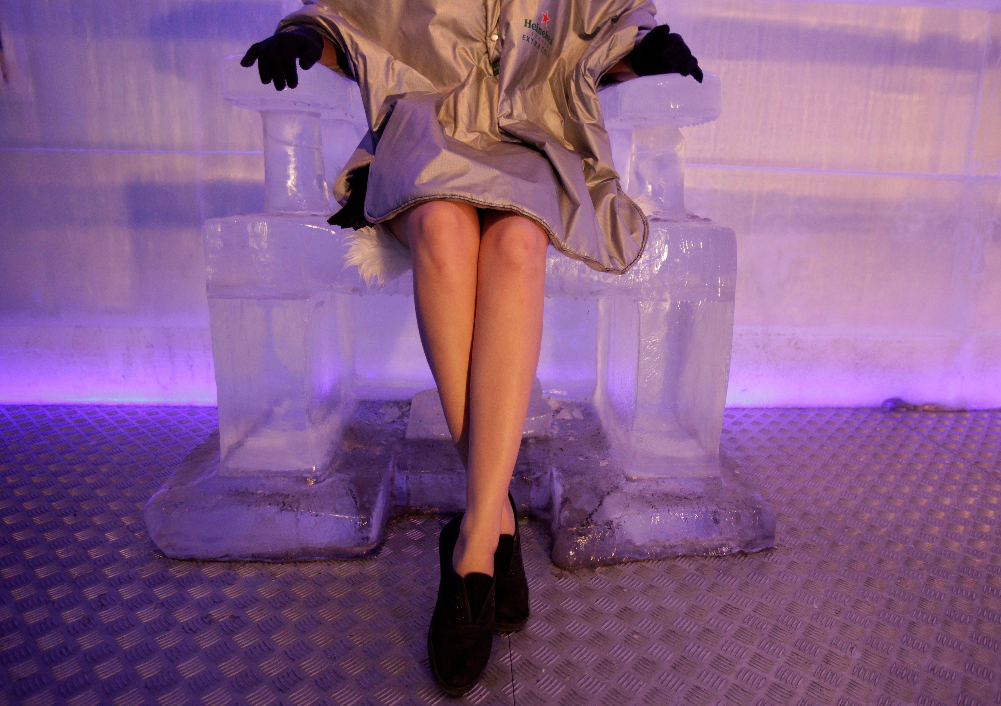 Femme assise dans un siège de glace.