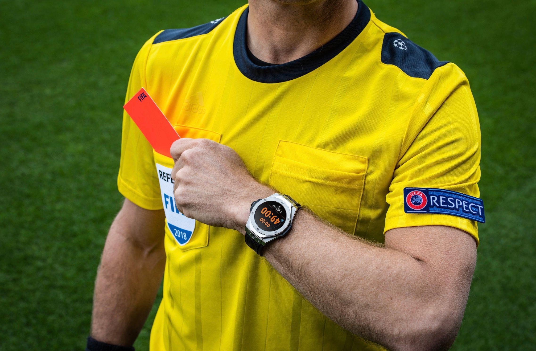 Au poignet de cet arbitre, une montre connectée Hublot que les amateurs se sont disputées pour 5 000 dollars…