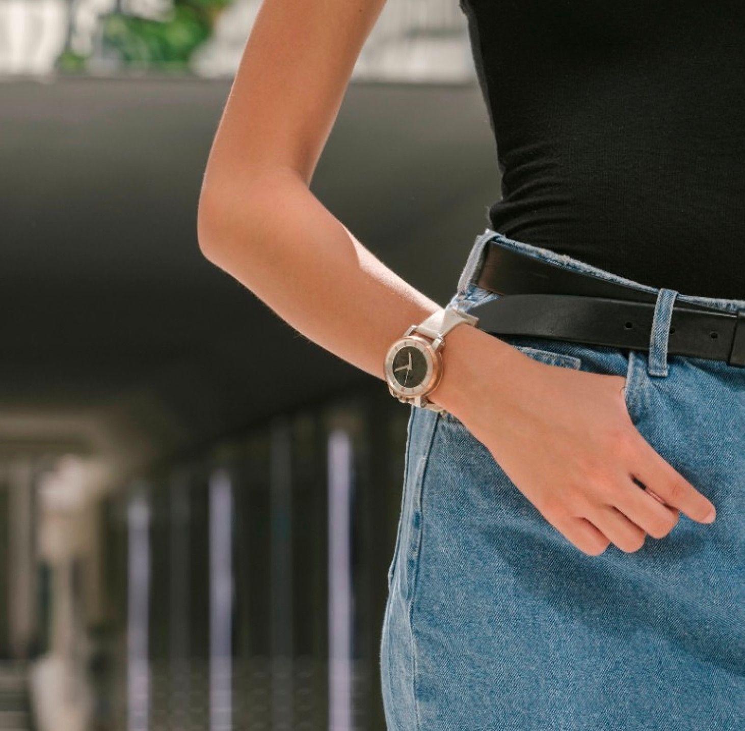 La subtile élégante d'une FOB Paris rétro-futuristement inspirée par les montres de poche d'avant-hier…