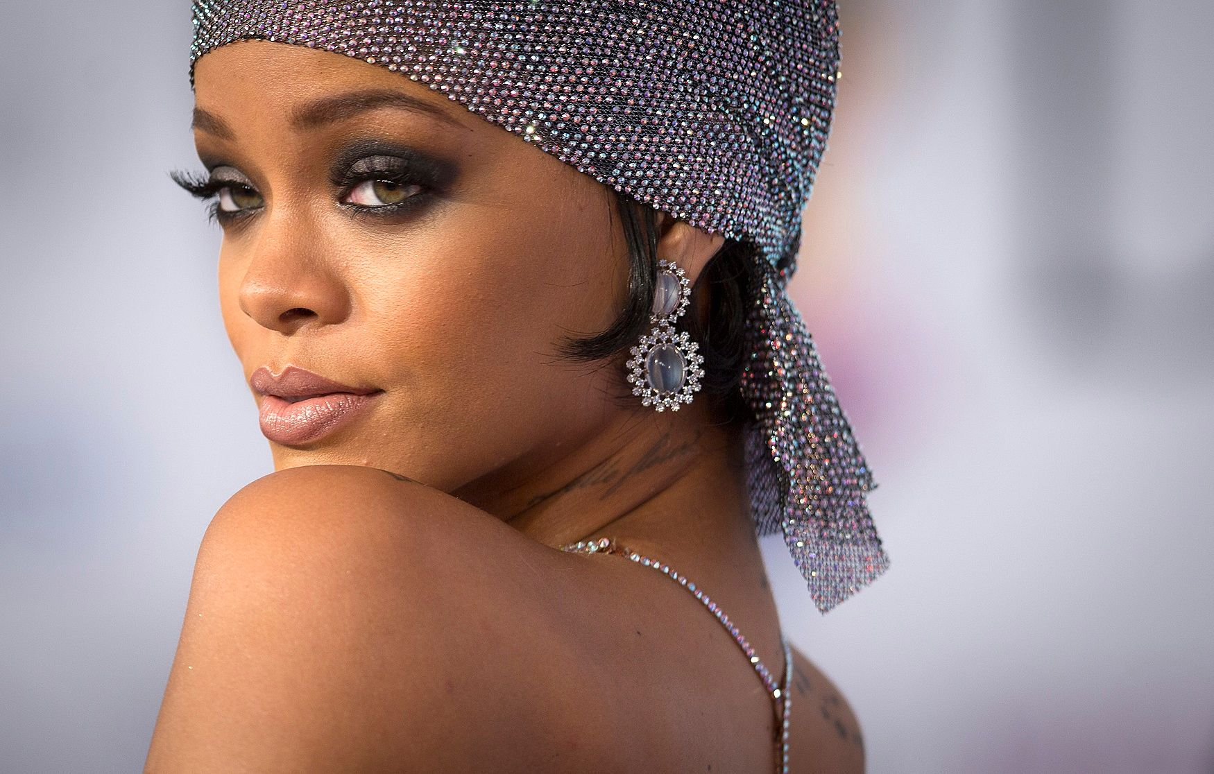 Rihanna : elle s'affiche (très) dénudée à la cérémonie des CFDA Awards