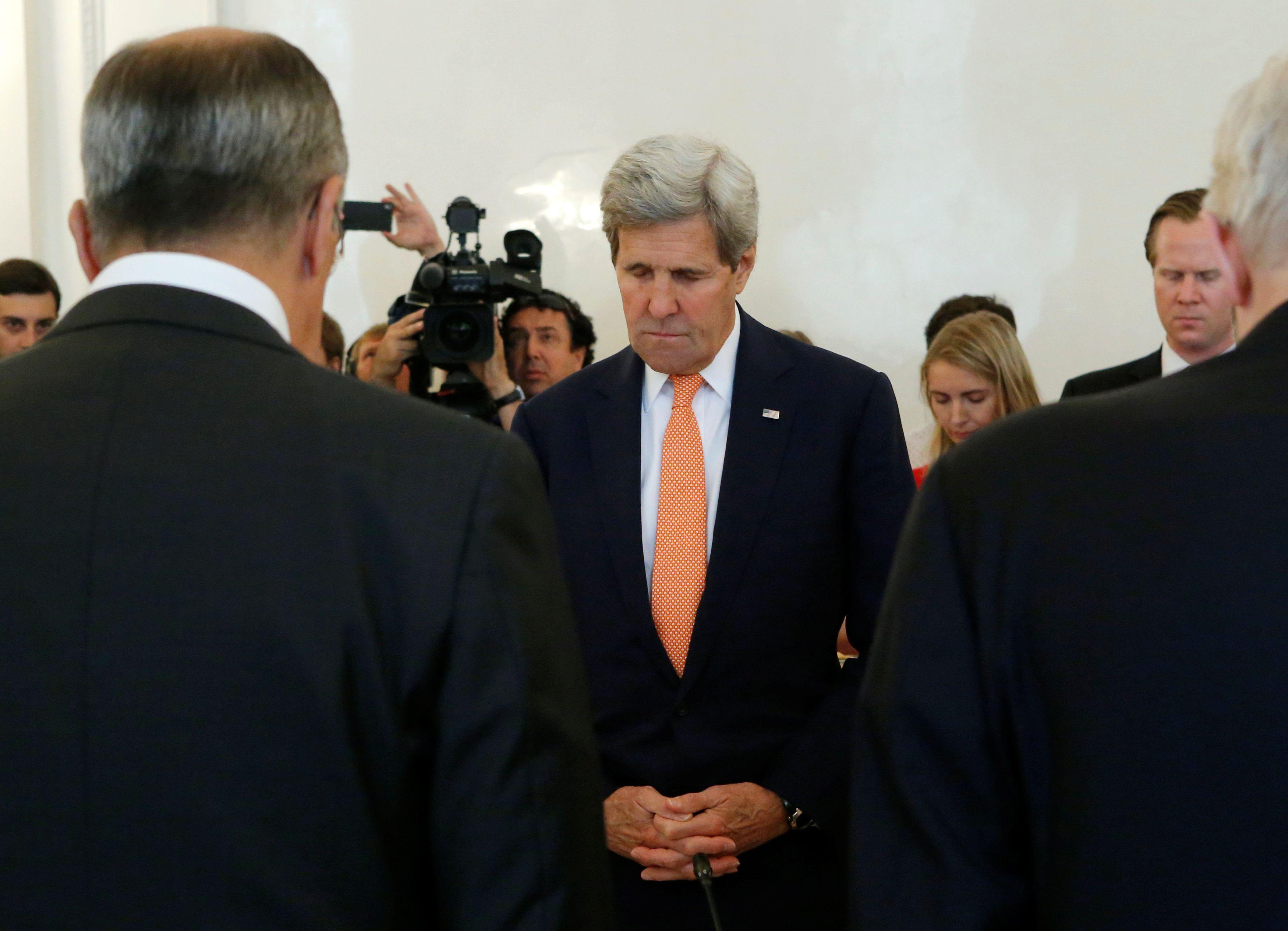 Le ministre russe des Affaires étrangères Sergueï Lavrov (g.) et le secrétaire d'État américain John Kerry (c.) observent un moment de silence pour les victimes d'attaque de Nice lors d'une réunion à Moscou, Russie, le 15 Juillet 2016.