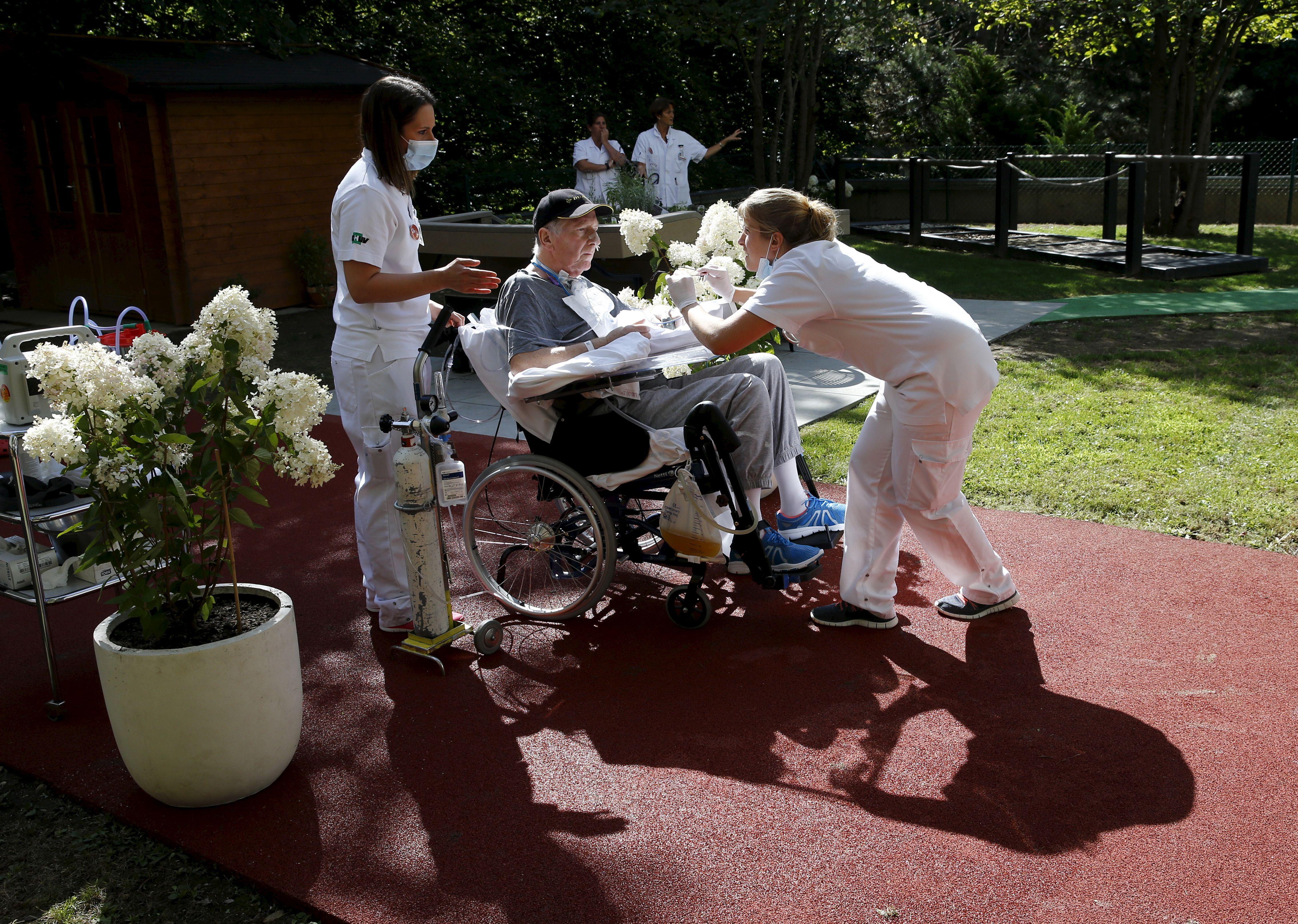Un patient en réhabilitation post-AVC au CHU de Lausanne en Suisse, le 25 août 2015