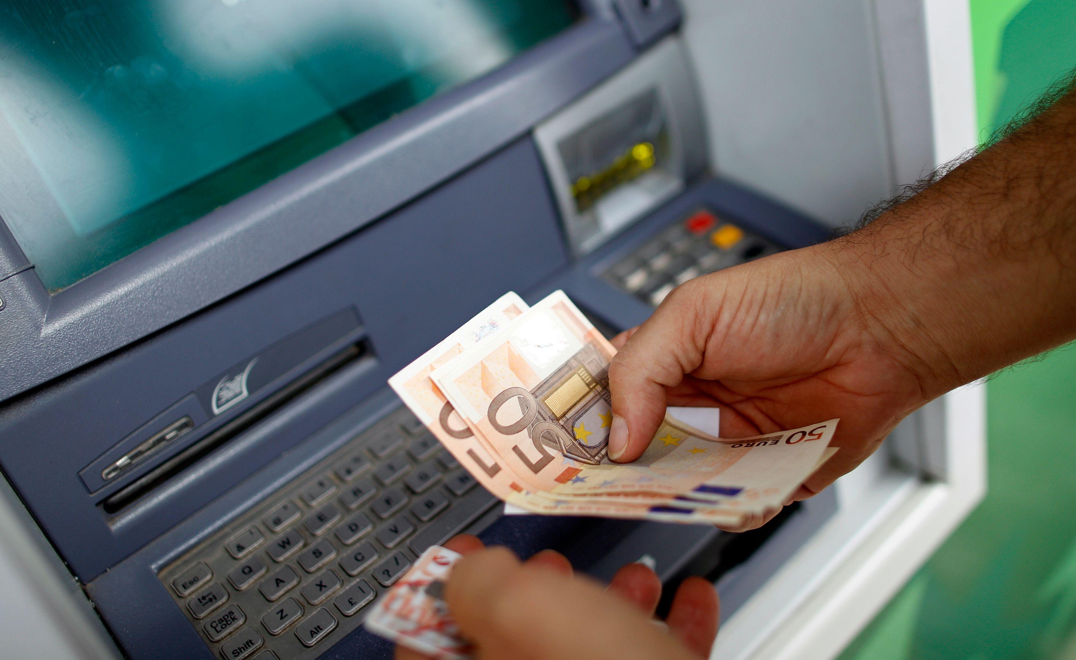 Pourquoi payer en cash nous aide à dépenser moins