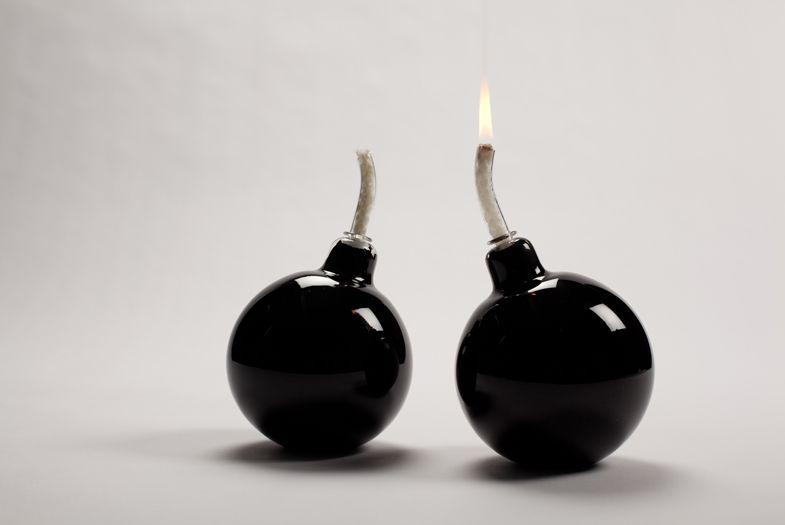 Photo d'illustration // Deux bombes, mèches allumées.