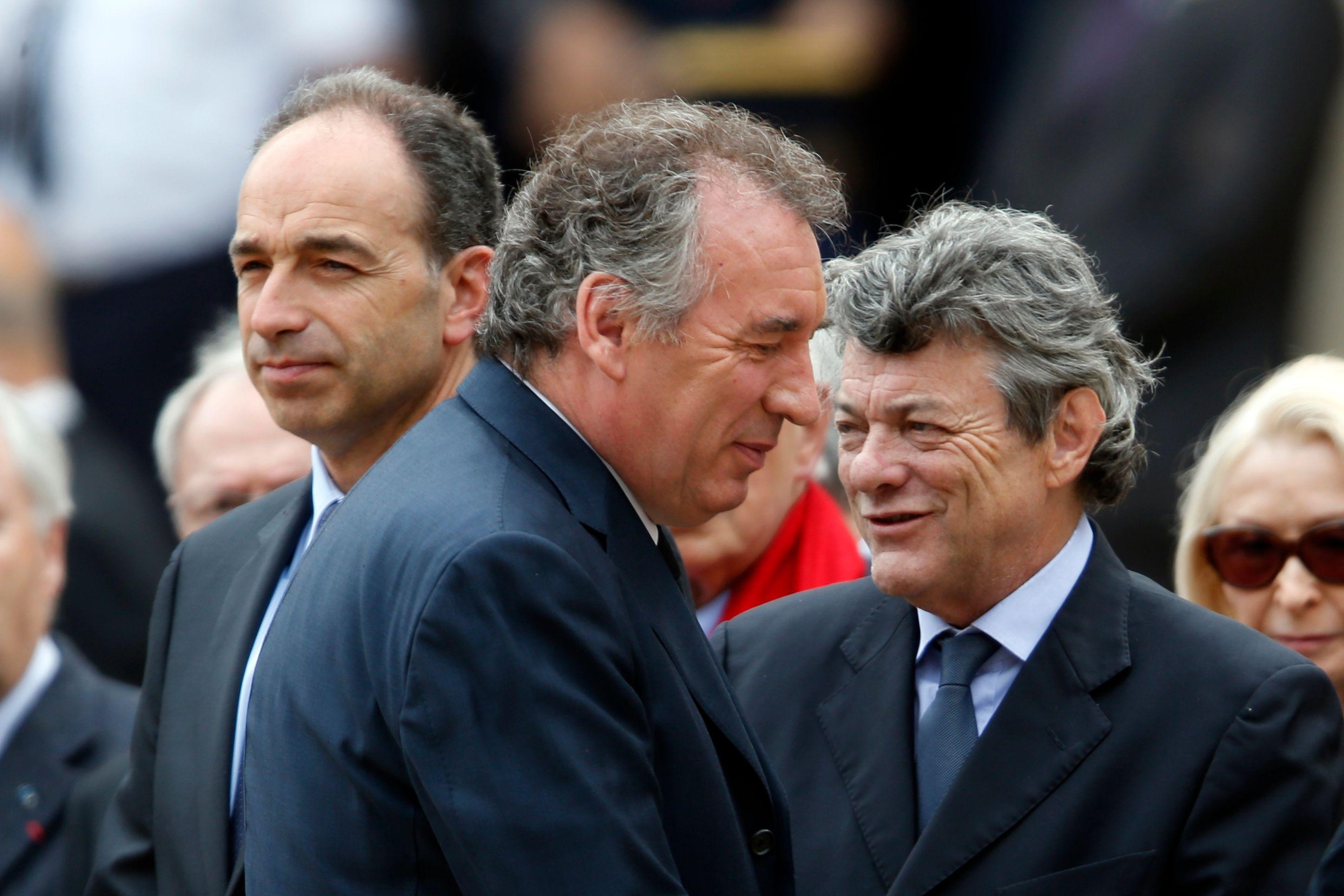 Borloo a opté pour une position plus classique de centre-droit potentiellement allié d'une droite classique alors que Bayrou a tenté une aventure davantage autonomiste qui a eu un certain succès en 2007.