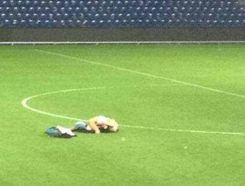 Un couple a été surpris en plein acte sur un terrain de foot