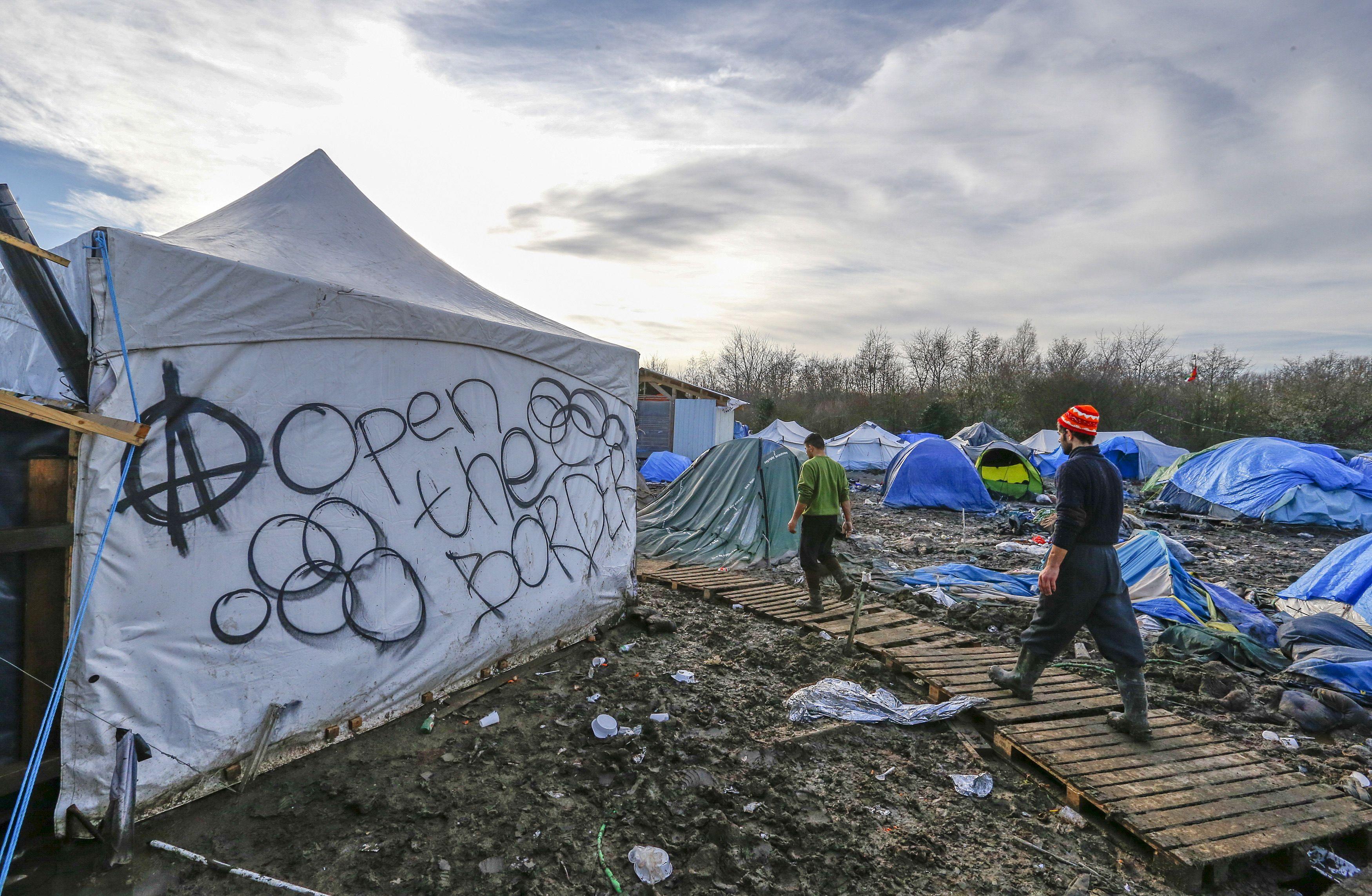 """Environ 4000 migrants occupent aujourd'hui la """"jungle"""" de Calais."""