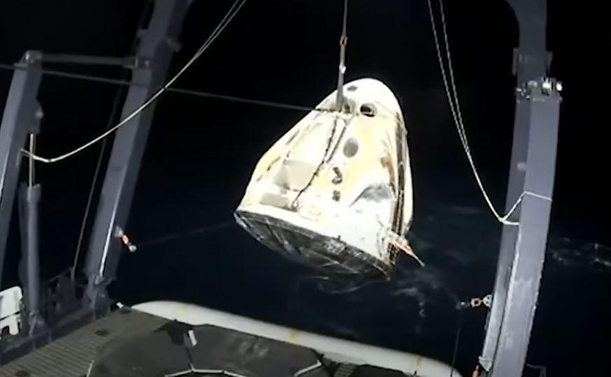 La navette Crew Dragon de SpaceX après l'amerrissage réussi ce dimanche 2 mai 2021.