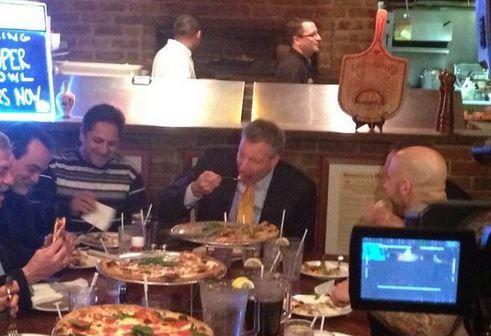 Bill de Blasio en train de manger de la pizza
