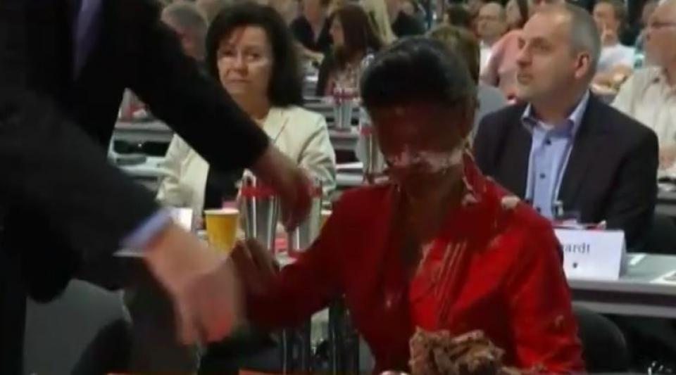 Migrants : une députée allemande se prend un gâteau en plein visage par un activiste