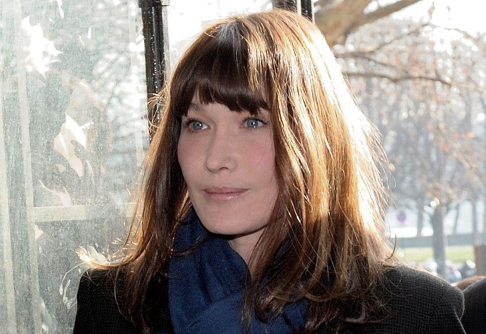 """Carla Bruni estime """"improbable"""" un retour de Nicolas Sarkozy en politique dans une interview accordée au magazine Elle."""