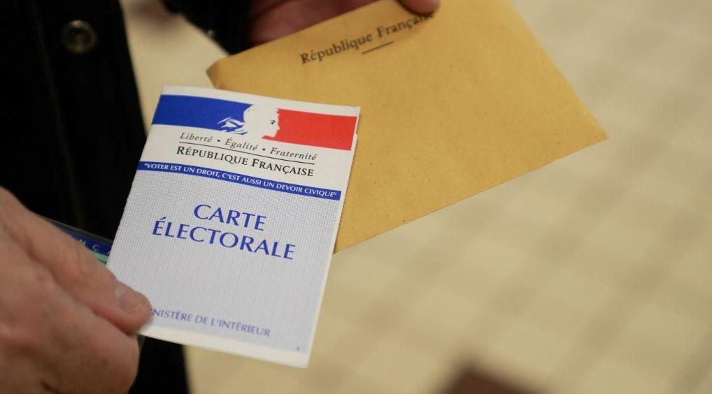Un citoyen, muni de sa carte électorale, s'apprête à voter.