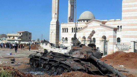 Char T-72 de l'armée syrienne détruit à côté d'une mosquée à Izzaz dans le rif d'Alep.