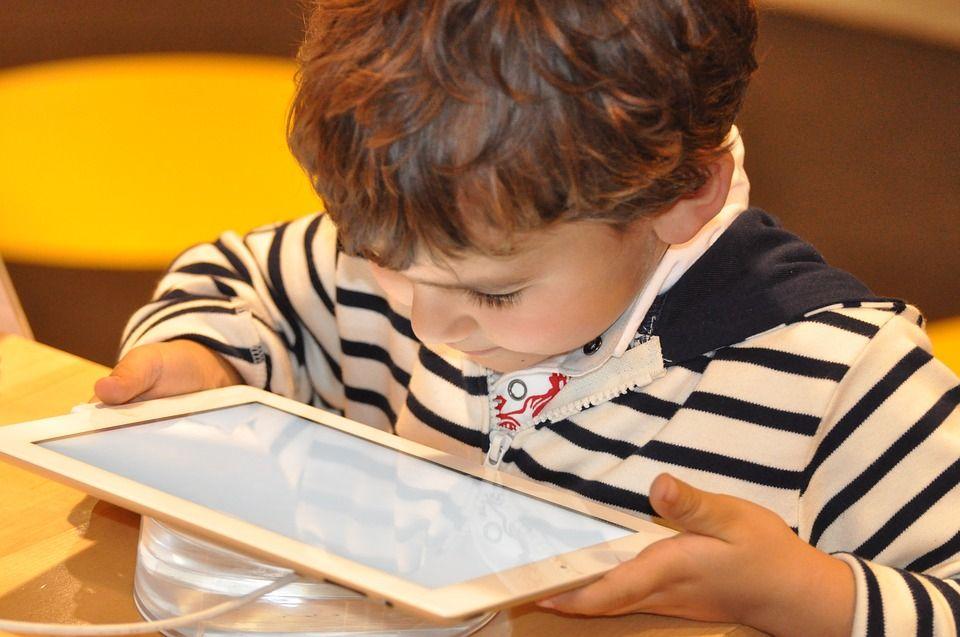 Génération écrans : le bon et mauvais, voilà ce que l'on commence à comprendre de l'impact du numérique et du tactile sur les bébés