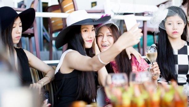 """""""Ultra Rich Asian Girls"""" met en scène une jeunesse dorée qui dépense sans compter."""
