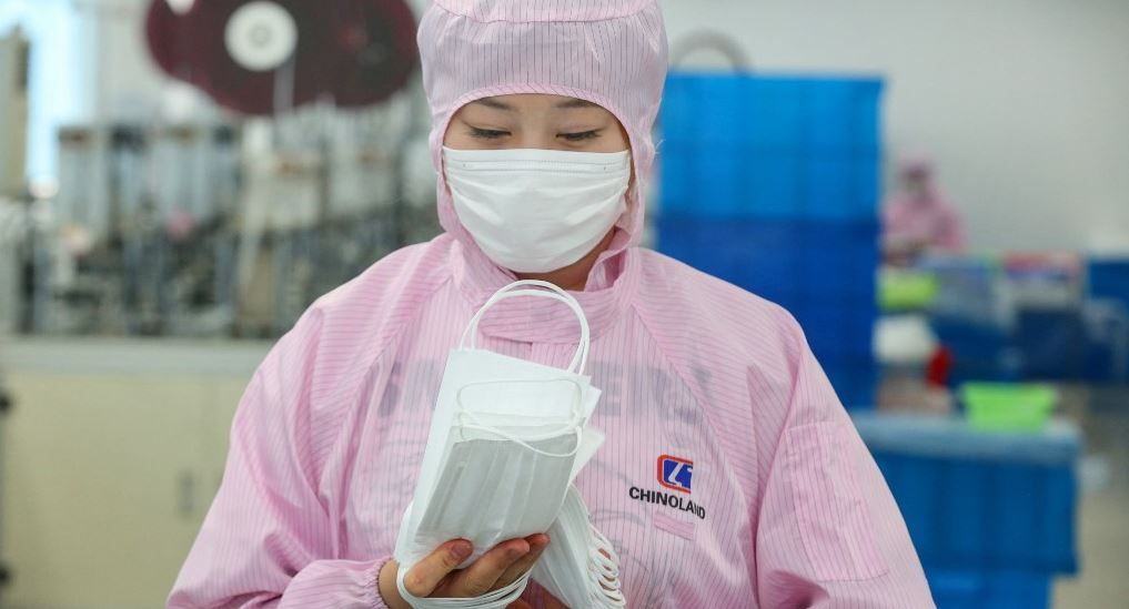 Une ouvrière fabrique des masques dans une usine de Nantong, dans la province du Jiangsu, le 14 mai 2020.