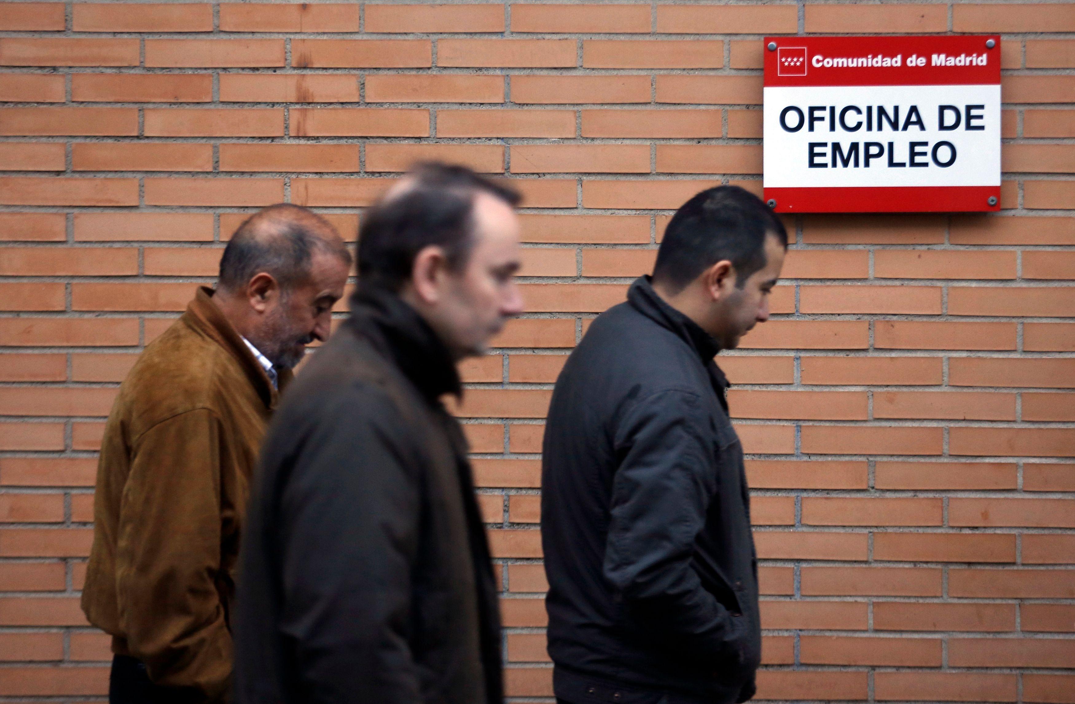 Des chomeurs qui attendent devant Pôle emploi.