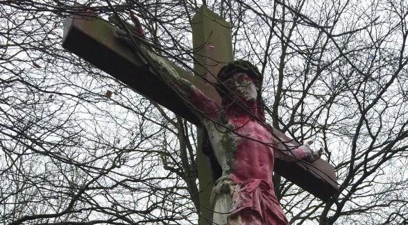 Nord : une statue du Christ repeinte en rose, au-dessus d'un monument aux morts