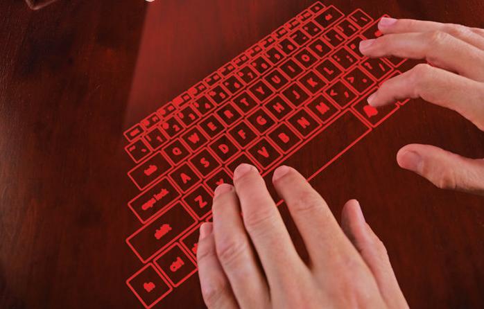 Une image de clavier se projette grâce à la technologie laser sur la surface, tandis que des caméras optiques captent les mouvements des mains de l'utilisateur