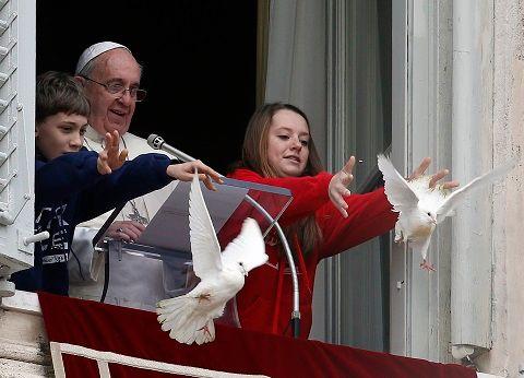 Lancer de colombes du pape François.