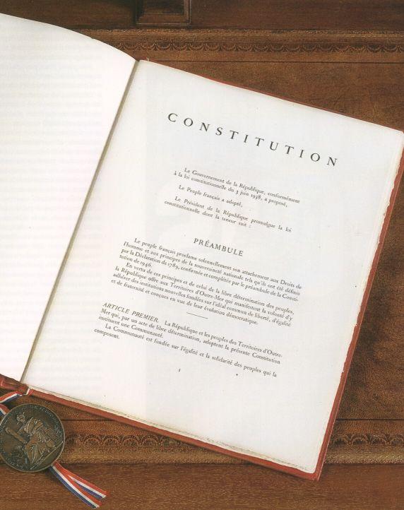 Selon Mediapart, des textes de réforme de la Constitution devraient être présentés mercredi en Conseil des ministres.