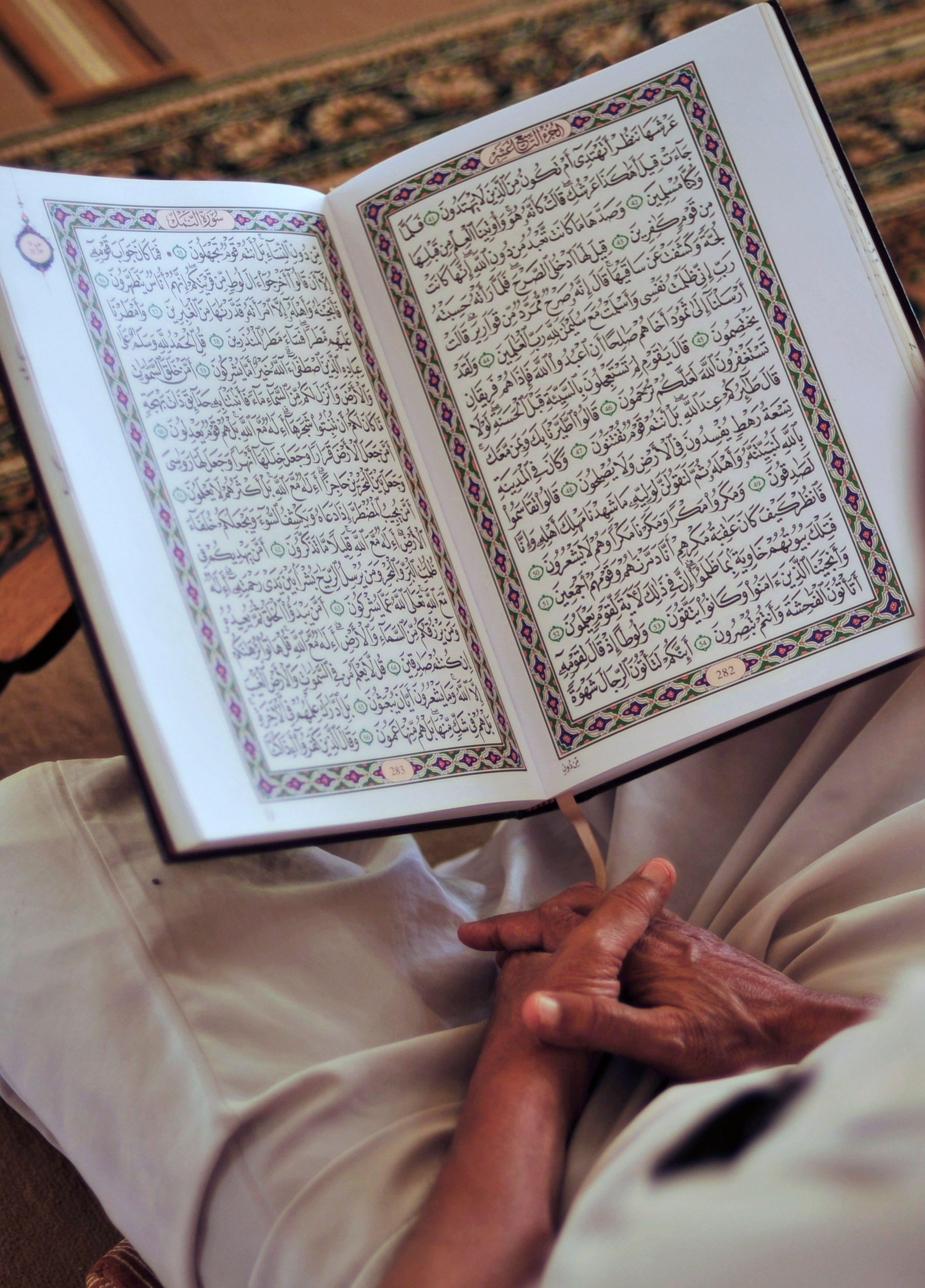 Allah en tant que nom propre n'est aucunement rattaché à l'un ou l'autre sexe (son genre n'est ni masculin ni féminin).