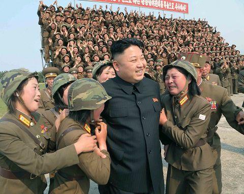 Alors qu'il visitait une artillerie dans la région de Kangon, Kim Jong-un s'est retrouvé entouré de femmes soldats en pleurs.