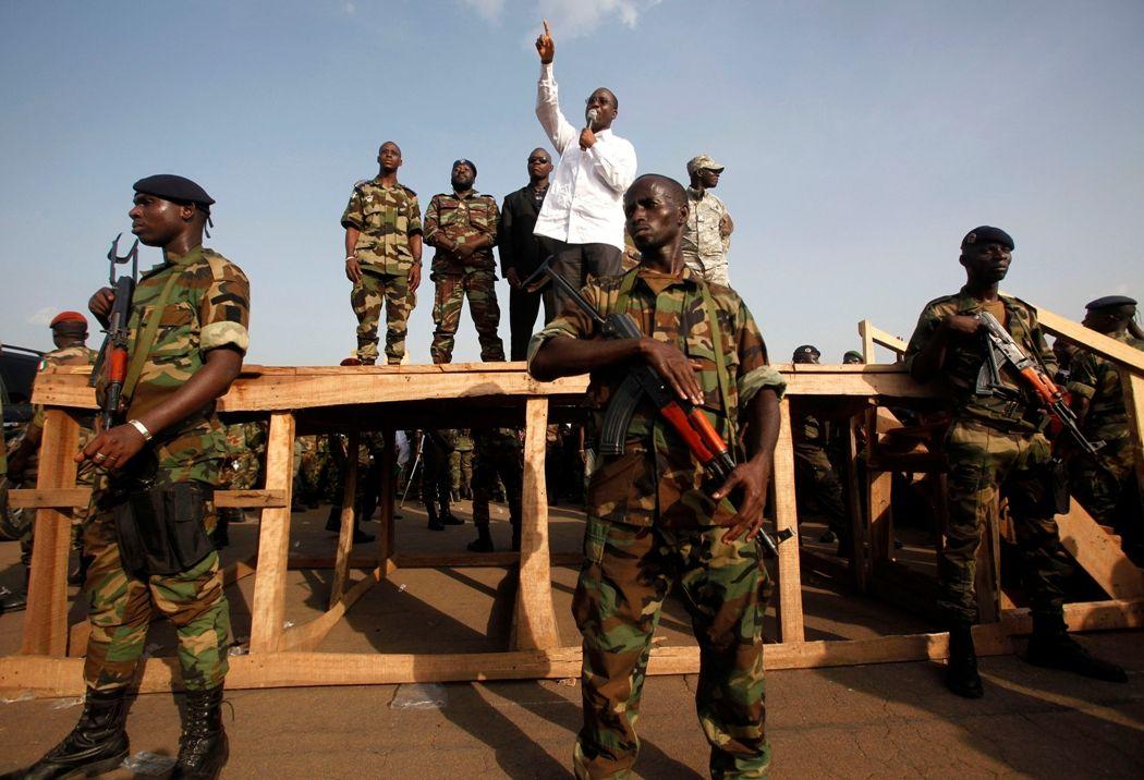 """Abidjan serait """"presque sous contrôle"""", selon le porte-parole de Guillaume Soro. En chemise blanche sur la photo."""
