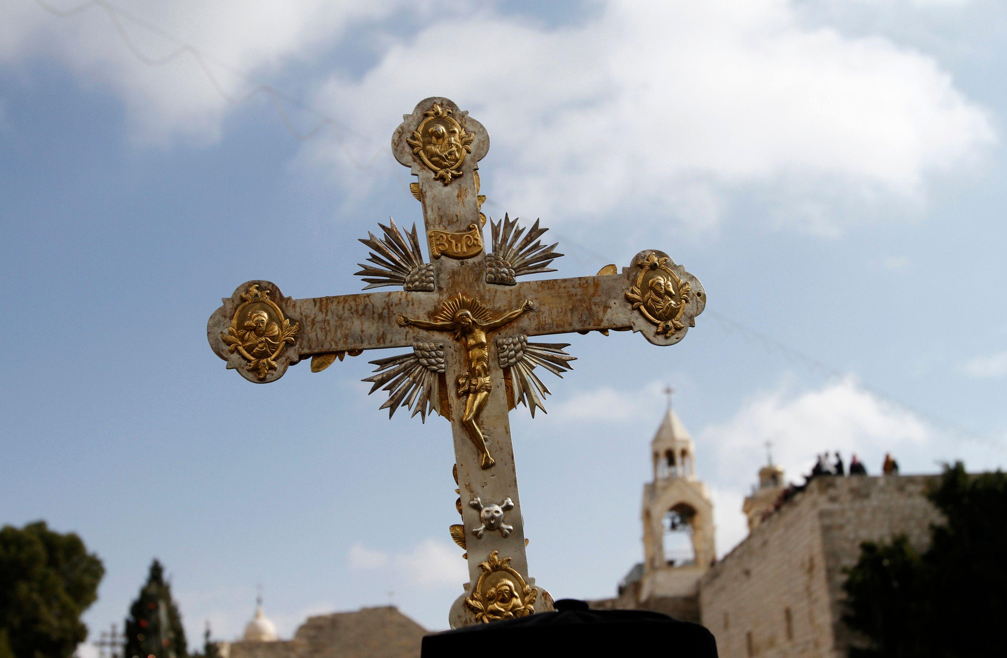 La supression de fêtes chrétiennes implique une substitution de culture en France.