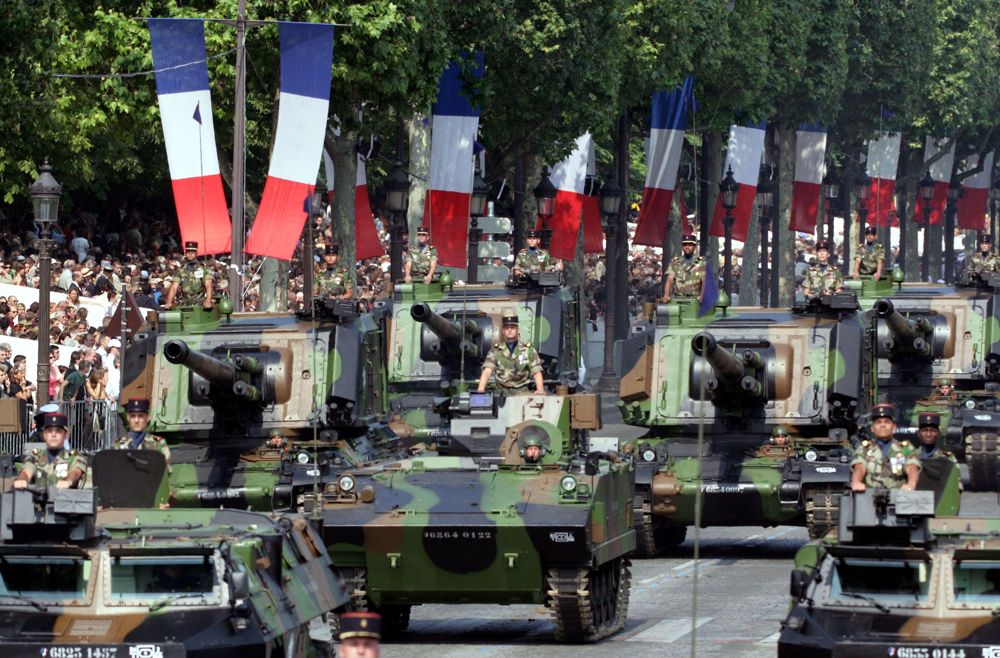 Jean-Vincent Placé, le président du groupe EELV au Sénat, a estimé mardi que la défense était l'un des secteurs dans lesquels il était possible de réaliser des économies de dépenses.