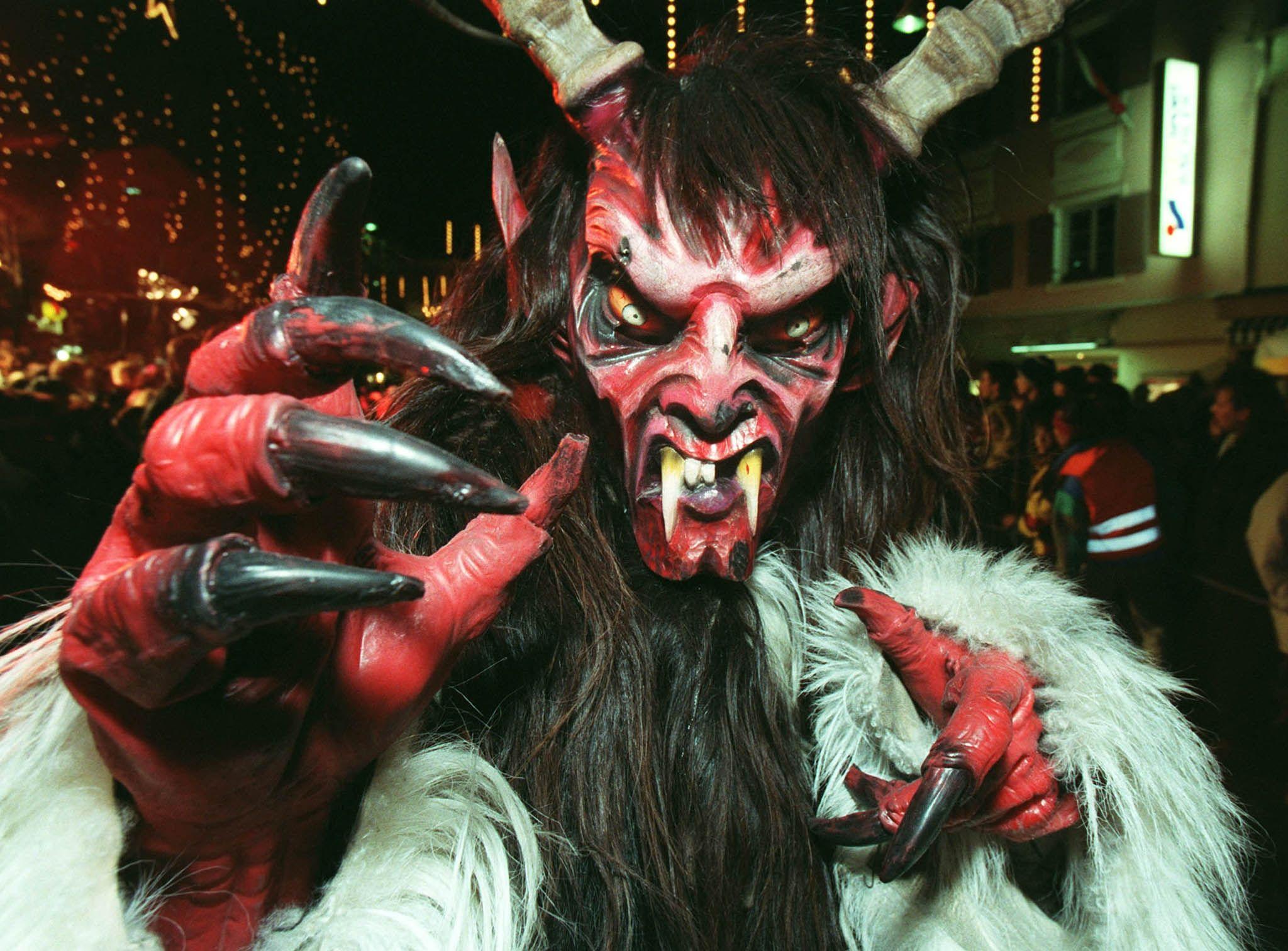 Un homme vêtu d'un costume de démon lors d'un défilé à Schladming en Autriche.