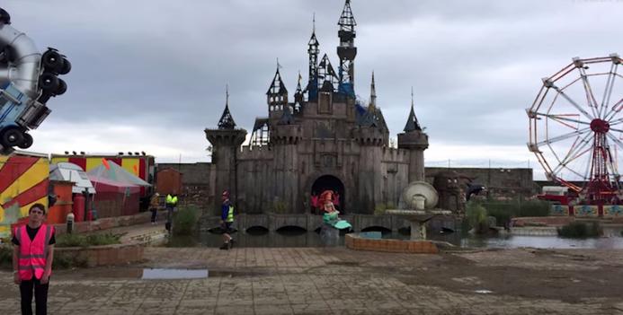 Dismaland, le parc d'attractions parodique de Disneyland par Bansky
