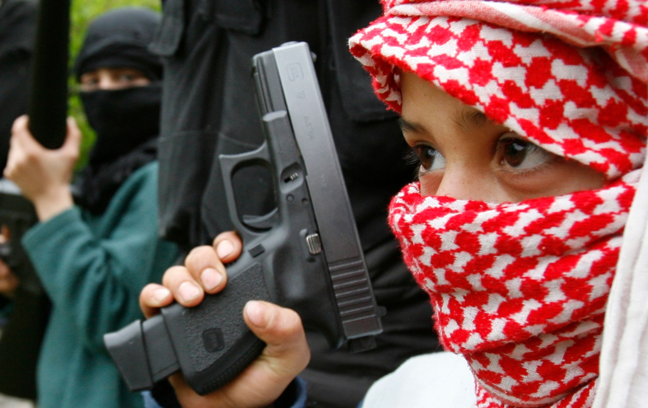 Photo d'illustration / Combattants palestiniens du groupe Fatah al-Islam suivant une formation militaire.