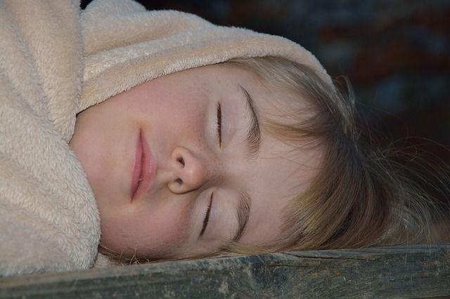 """Tous couchés à 20h30... ou pas : comment faire dormir un enfant dont les rythmes chronobiologiques ne correspondent pas aux horaires """"recommandés"""""""