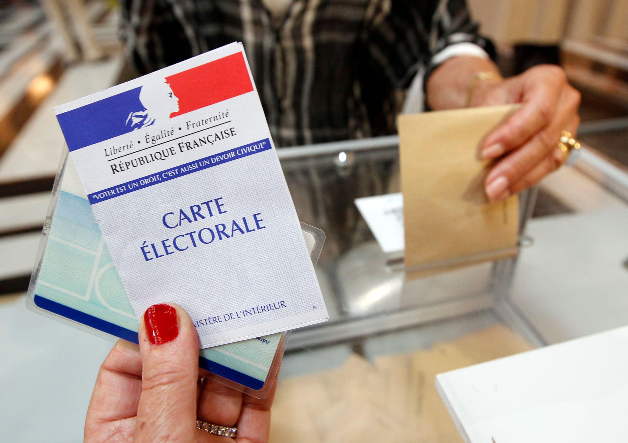 """Si les Français ont élu un président socialiste, le baromètre annuel de la """"confiance politique"""" publié par le Cevipof indique une droitisation des valeurs."""