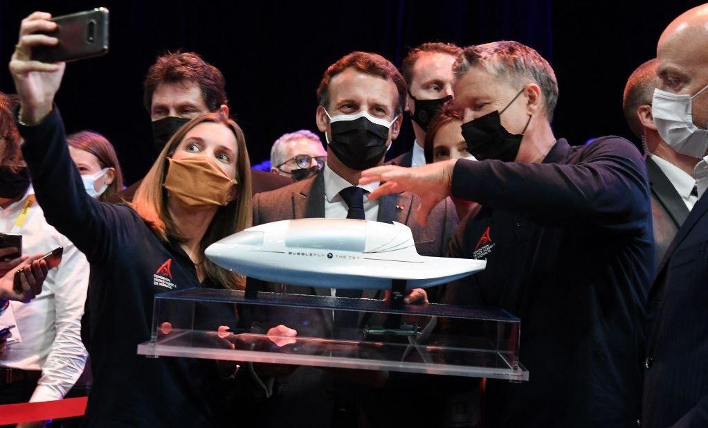 Le président Emmanuel Macron visite des stands à l'événement VivaTech à la Porte de Versailles à Paris le 16 juin 2021.