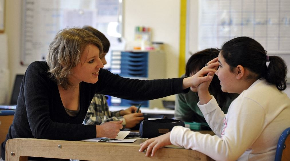 """Une élève travaille avec une éducatrice, le 24 avril 2008 à Paris à l'institut médico-éducatif """"Les petites victoires"""", école unique pour enfants autistes qui utilise la méthode ABA (Analyse Appliquée du comportement)."""