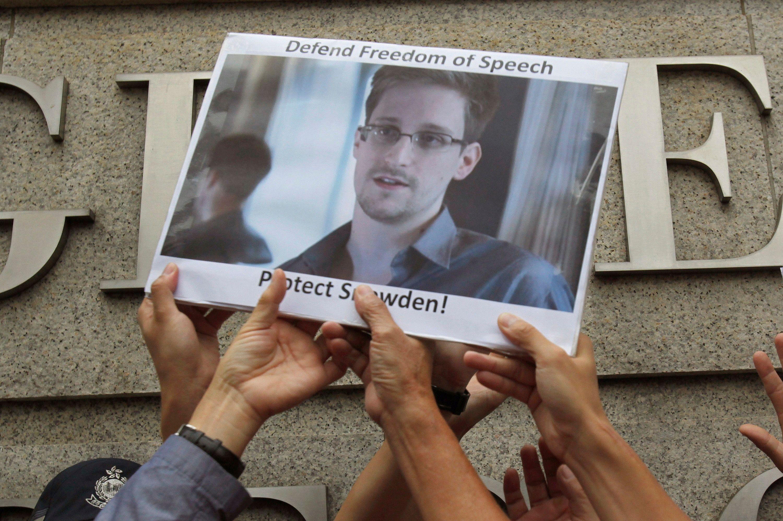 Edward Snowden critique les limitations à la liberté d'expression en Russie et les lois de surveillance en France