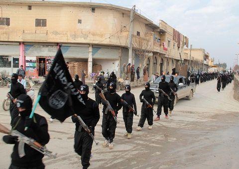 L'Etat Islamique défile avec ses drapeaux revendiquant sa propagande radicale