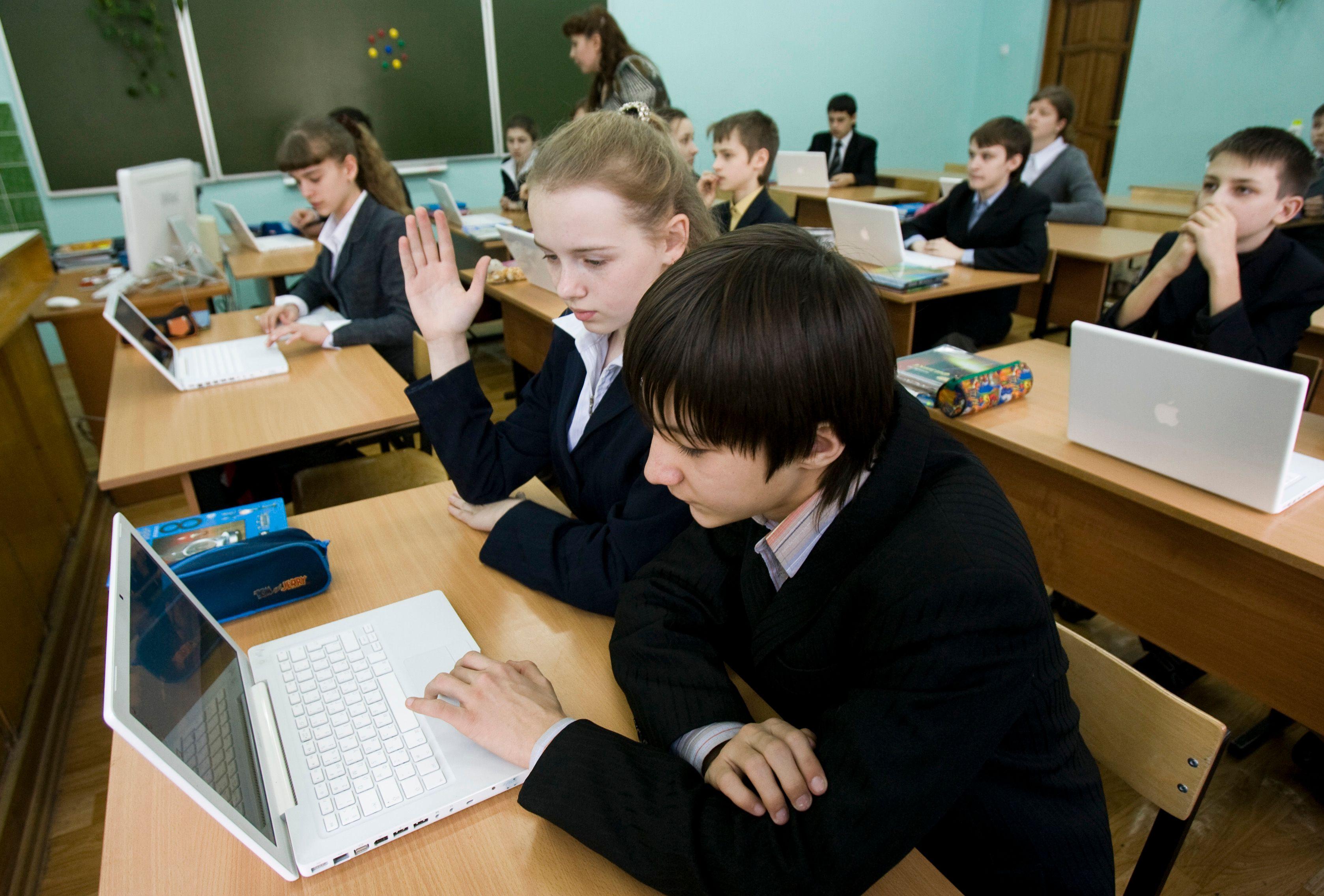 Le e-learning est une formation ouverte à distance, un apprentissage en ligne possible grâce à la téléphonie, au chat et la visioconférence.