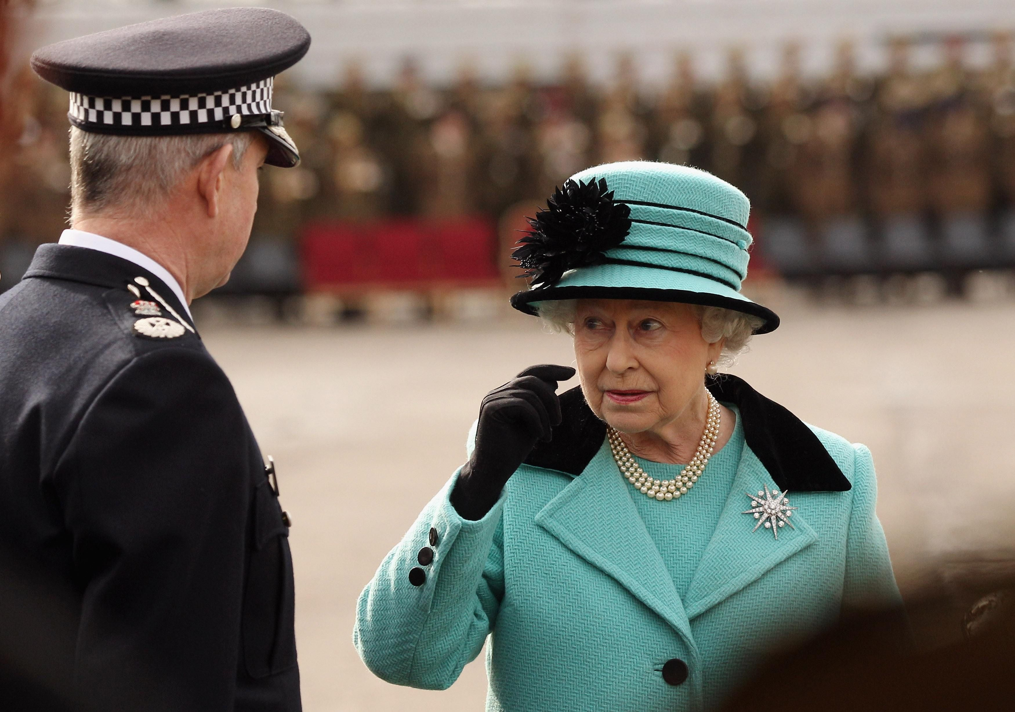 François Hollande doit-il être considéré comme la reine d'Angleterre