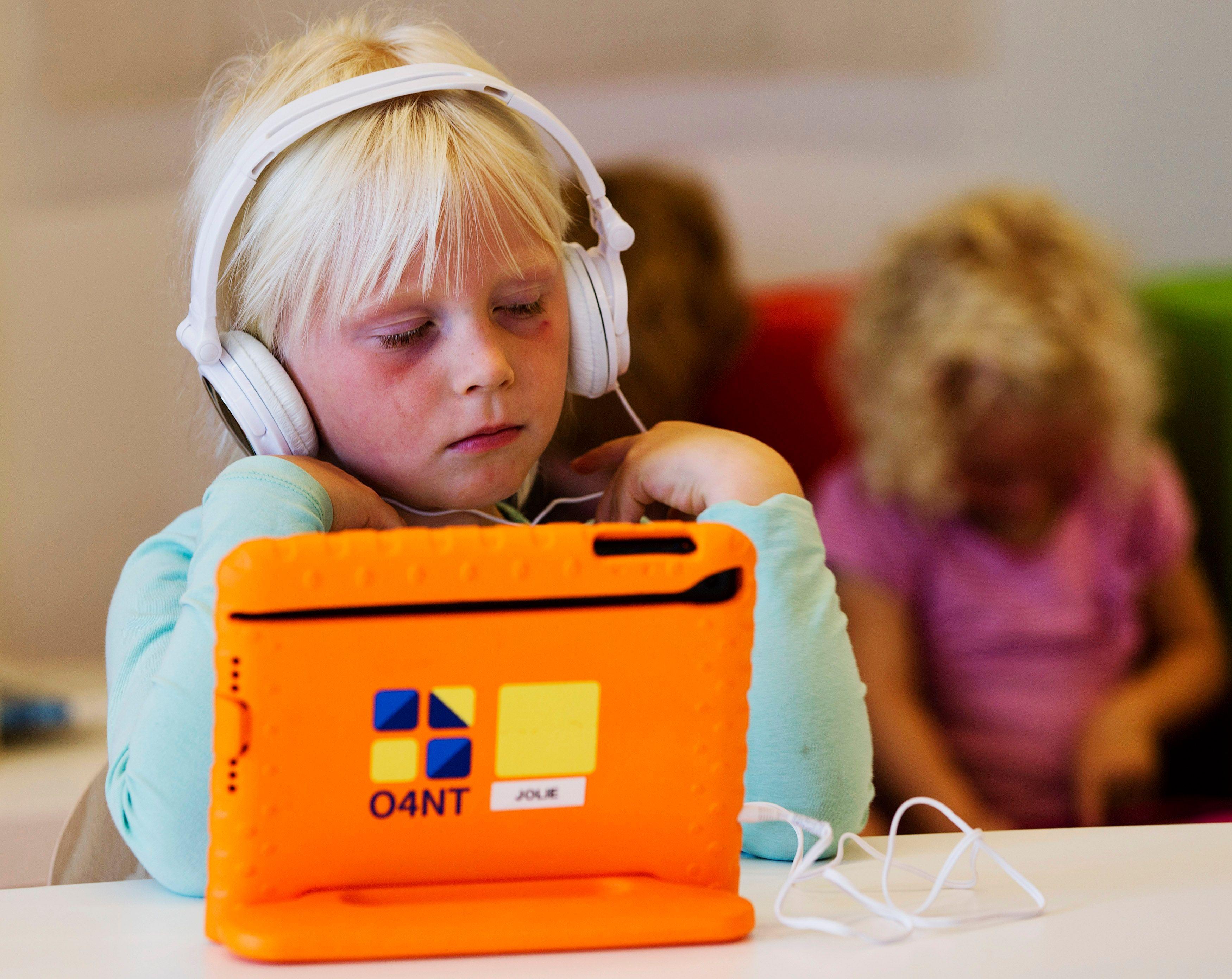 L'effet bulle : ces nouveaux comportements à risque des enfants et ados qui grandissent avec des écouteurs sur les oreilles