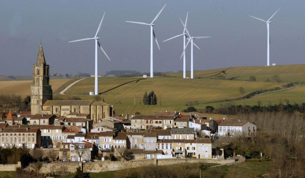 Des éoliennes entourent le clocher du village d'Avignonet de Lauragais, le 25 janvier 2006 près de Toulouse.
