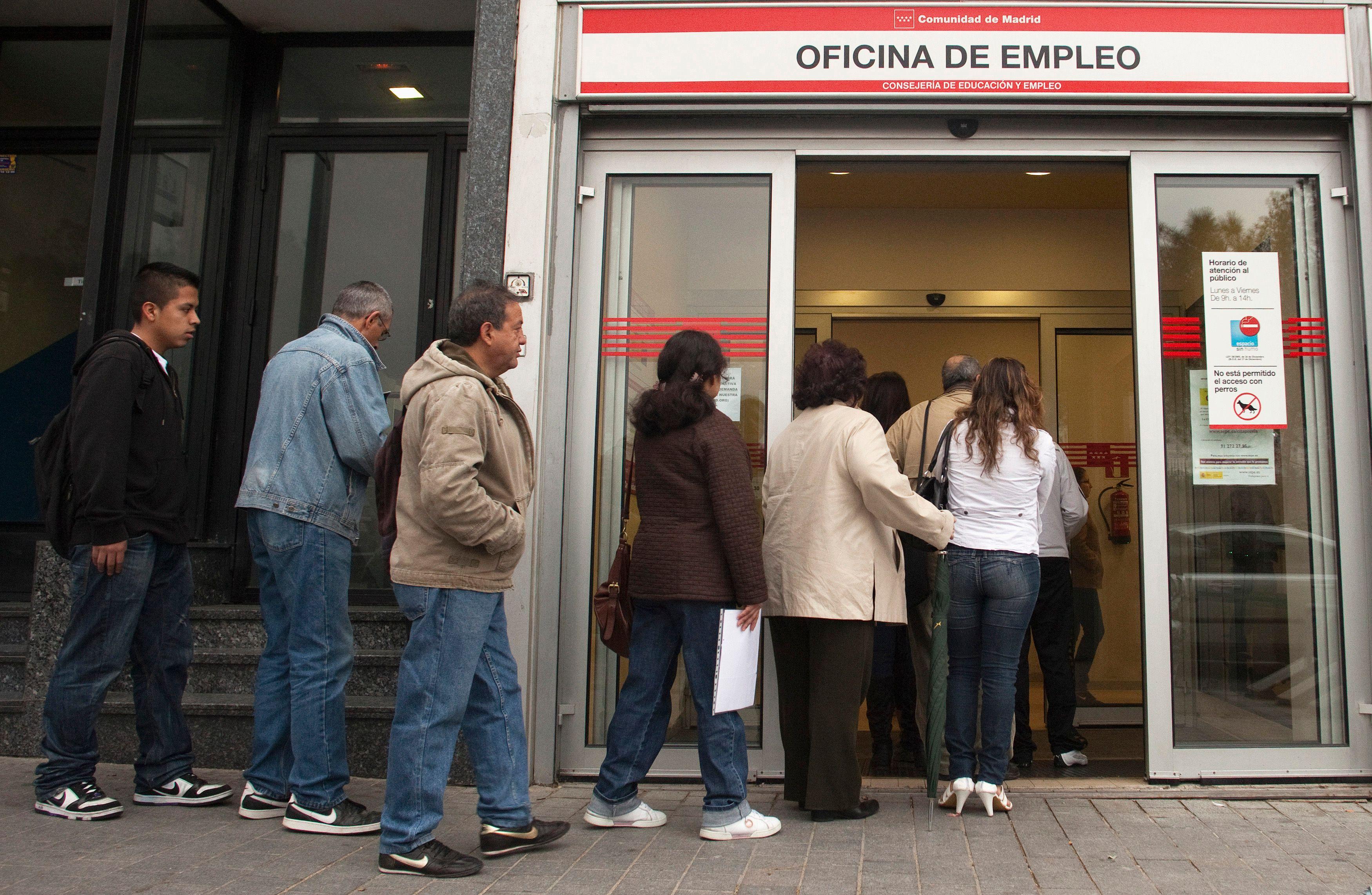 Les chômeurs font la queue devant une agence.