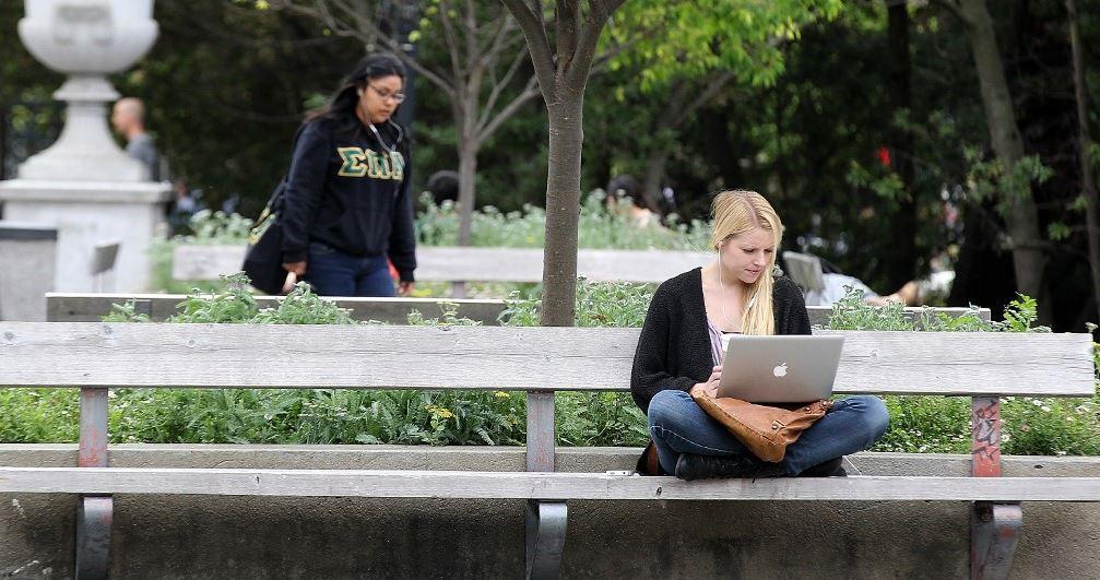 Des étudiants sur le campus de l'université Berkeley en avril 2012 en Californie, aux Etats-Unis.