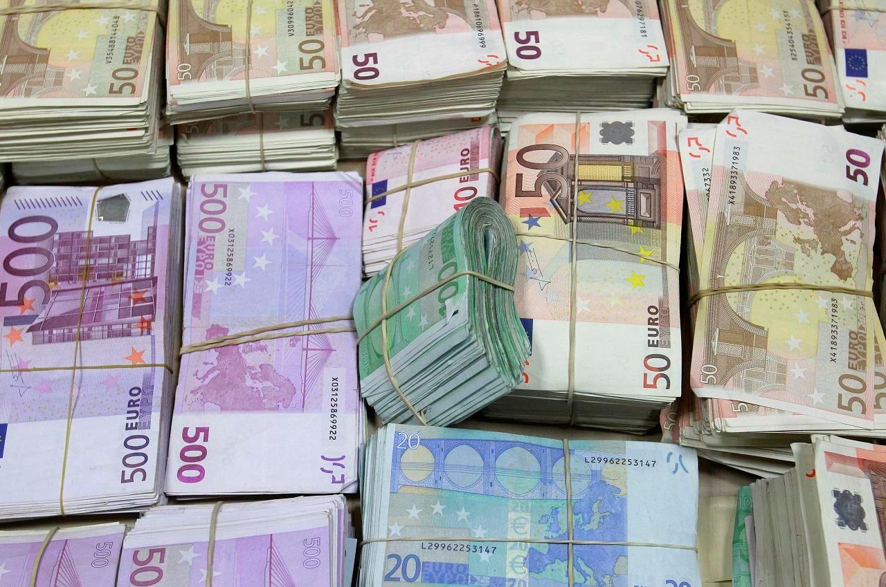 Les enquêteurs ont déniché 270 coupures de 500 euros dans la cachette en question