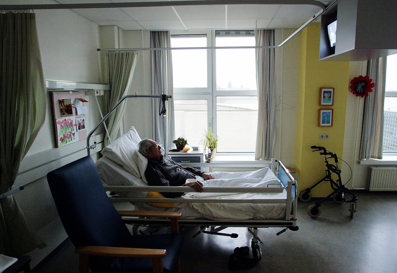 81% des Français souhaiteraient finir leur vie chez eux, mais la majorité d'entre eux meurt à l'hôpital (57,5%).