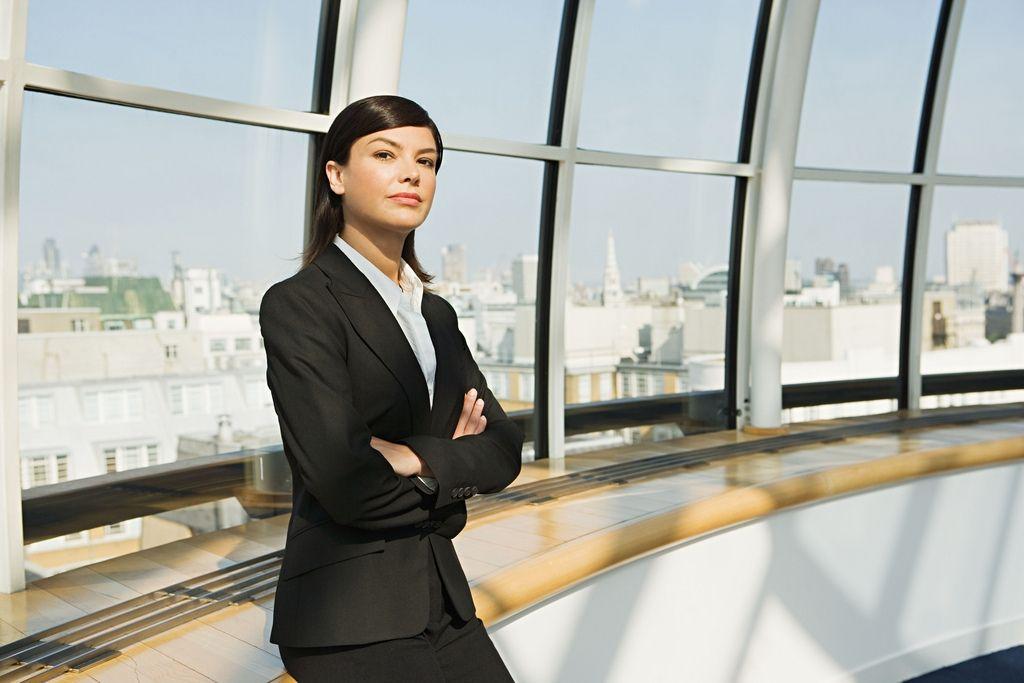 Pour ouvrir les portes des postes à responsabilité aux femmes, le législateur impose des contraintes aux entreprises et fixe des quotas.